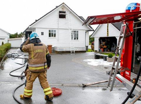 RASKT PÅ PLASS: I løpet av fem minutter var mannskaper fra Åkra brannstasjon på plass på Årvollsknausen. Foto: Jan Kåre Ness