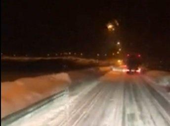 Slik så det ut da trailersjåføren var på vei vestover over fjellet en kveld denne uka. Han stiller seg spørrende til hvorfor det var innført kolonnekjøring på dette tidspunktet.