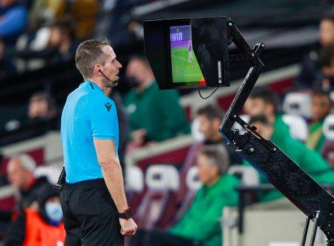 SLIK KAN DET BLI: Mye tyder på at det blir videodømming i Eliteserien fra 2023. Her sjekker den tyske dommeren Tobias Stieler VAR under Europaliga-kampen mellom West Ham og Rapid Wien for to uker siden.