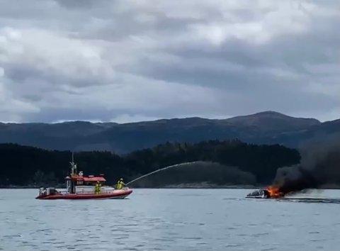 SANK: I 12-30-tiden var Redningsselskapet på plass, og slukningsarbeidet kunne starte. Dessverre kunne ikke båten reddes.