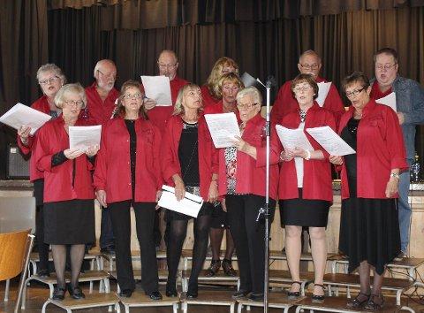 Vårtrall: Arrangøren  og sangkoret Gaukan åpnet den tradisjonelle Vårtrallen på Baågneset. Foto: Jon Steinar Linga