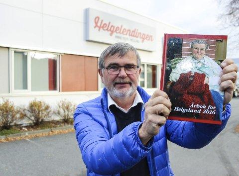 ENDELIG: Årets Årbok for Helgeland er på plass i butikkene. Opplaget er på 1.400 bøker og redaktør Are Andersen håper å bli kvitt så mange som mulig utover høsten og vinteren. Foto: Rune Pedersen