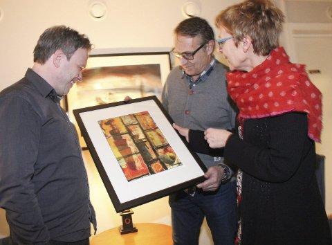 Fotografikk: Pål Leknes Hanssen (t.v.), Per Vikan og Kirsti Stokland diskuterer et av Stoklands bilder som henger på Hotell Skaret. Bak skimter vi et Vikan-bilde.Foto: Jon Steinar Linga