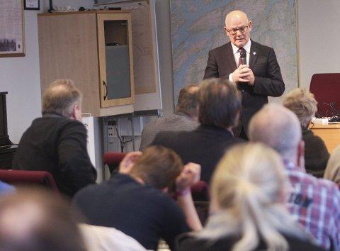 Langsiktighet: Rådmann Magne Pettersen, her fotografert i Vefsn kommunestyre, vil at Elsfjord oppvekstsenter får fred.Arivkfoto: Jon Steinar Linga