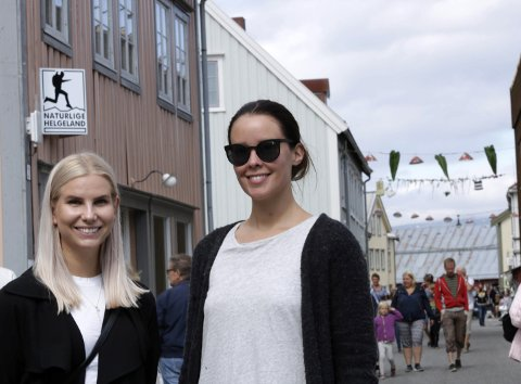 I bresjen: – Det er mye folk i gatene, og koselig å se at det er liv i byen vår, sier Annika Honggard og Rikke Anett Lund, henholdsvis styreleder og daglig leder i Galleria kunstfestival.Foto: Stine Skipnes