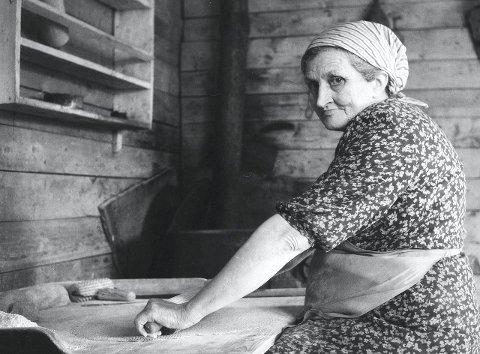 Ved bakstefjøla: Vacláv Marek tok bilder fra Susendal og fjellstrøkene rundt. Klara Bolstad, tippoldemor til Tor Erik Bolstad, poserte med kjevle. Bildet er tatt på Finnbakken i Susendal i 1948. Foto: Vaclav marek