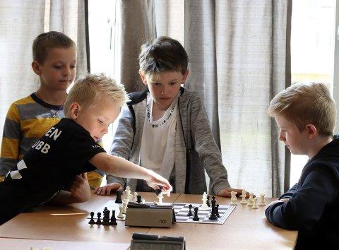Langlynsjakk: Fredag var det barnesjakk, som et sidearrangement til NNM i sjakk. Leo G. Hoff spilte mot Ole Jacob Smedegaard – og vant. Danil Vova og Ailo Ø. Walton ser på. Foto: Stine Skipnes
