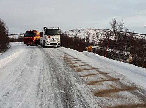 SPERRET: En trailer veltet tirsdag. Politiet valgte å sperre E6 gjennom Polmak. Ingen kom forbi ulykkesstedet før traileren var tømt for flydrivstoff. Bildet er tatt tirsdag.