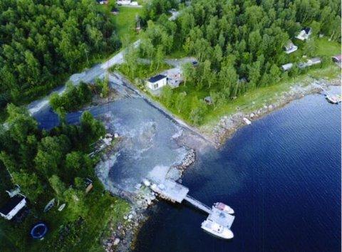 ULOVLIG: Dette tiltaket er ifølge kommunen ulovlig. På bildet kan man se hvordan en vannkanal går mellom to eiendommer i Sør-Varanger. Denne kanalen er gravd ut av eieren av den ene eiendommen, som nå kan risikere 500 kroner i dagbøter hver dag.