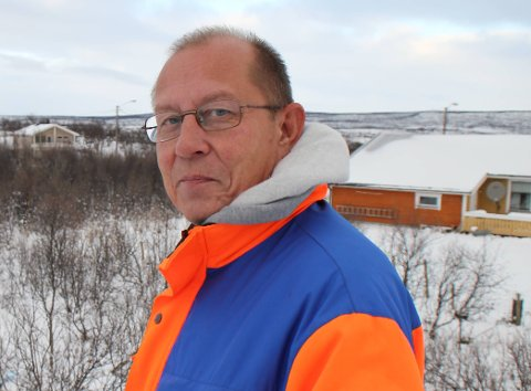 VANN: Leder for teknisk etat i Nesseby kommune, Oddleif Nilsen, jobber hardt for å lokalisere hvor vannlekkasjen er.