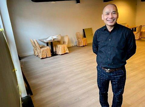 GOD PLASS: Her, vegg i vegg med kinarestauranten, skal alt være klart til julebordsesongen, viser daglig leder av Dickson Sai Wah Liu.