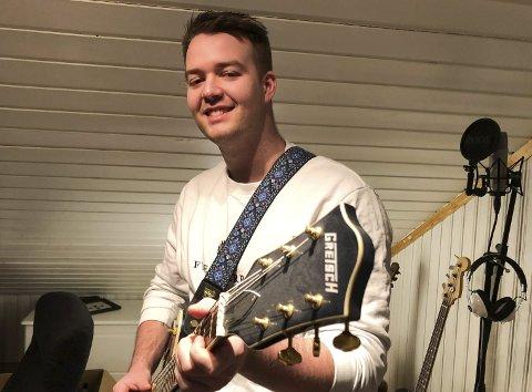MYE ØVING: Simen Schjølberg har det siste året tilbrakt mye tid på gutterommet på Molla med sin gitar. Foto: Trond Ivar Lunga