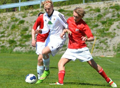 AHFK 2s Jens Bergsjø i duell med en Åkrene-spiller.
