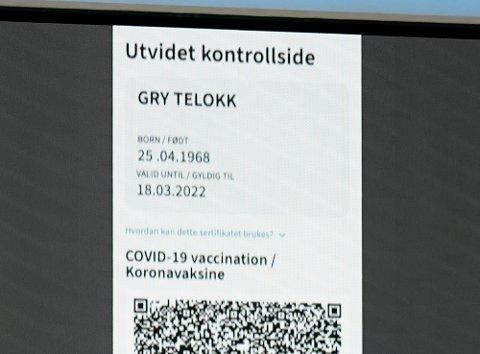 Helse- og omsorgsminister Bent Høie viste fram et eksempel på vaksinepass/bevis på koronatest Foto: Gorm Kallestad / NTB