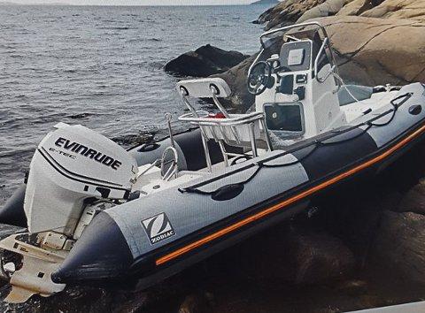 LETEAKSJON: Med fullt gasspådrag drev denne RIB-en i land på Hurumsiden, tvers over fjorden fra Holmestrand. Det pågår en leteaksjon etter dem som kan ha vært om bord.