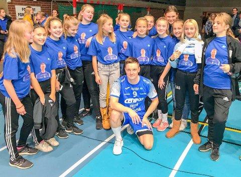STILTE OPP FOR TRENEREN: Holmestrand jenter 13 hadde alle på seg heia T-skjorter for trener Adrian Aalberg.