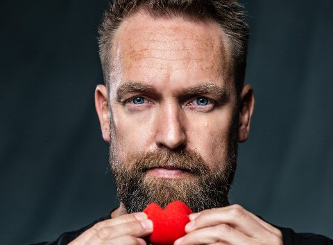 """KOMMER TIL JESSHEIM: Komiker Ørjan Burøe starter 2020-turneen med forestillingen """"Store gutter gråter ikke"""" på Jessheim. Han og kona kunne fort endt opp i byen da de var på jakt etter hus."""