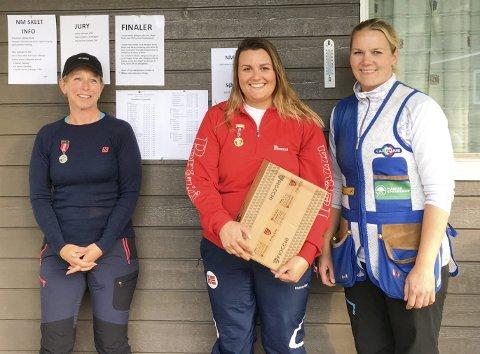 NORGESMSTER: Malin Farsjø (midten) vant NM i leirdueskyting. På de andre pallplassene fulgte Barbro Breivik (til venstre) og Torun Bredholt. (Foto: Ingrid Stubsjøen/Norges Skytterforbund)
