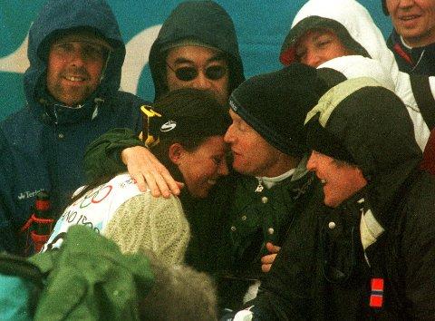 FEIRET MED TRENERNE: Stine Brun Kjeldaas og trenerne jublet i bunn av pipen da medaljen var i boks. Her får hun en gratulasjonsklem av lagleder Steinar Arvesen etter løpet.