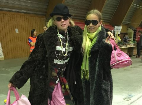FJONGE DAMER: Noen av plaggene falt i smak hos Henny Nicolaysen og Maren Thorsdalen.