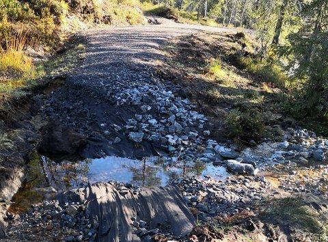 ØDELAGT: Flere steder har vannet vasket bort grusen, slik at sykkelstien ødelegges.