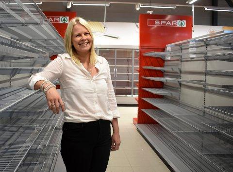 Elin Hovind Øen gleder seg til Spar-butikken på Toppen åpner 13. august. Da står hun klar som butikksjef med de andre nyansatte medarbeiderne.