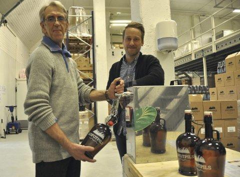 Tappeøl: Åge Larsen tapper øl på 2 liters growler, som kunder får kjøpe når de besøker mikrobryggeriet på fredager, og daglig leder Andreas Thorvardurson har flere nyheter på gang. Foto: Gullik Maas Pedersen