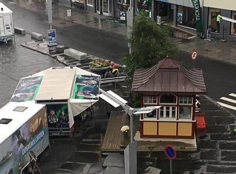 Tett: I sommer sto bodene tett inntil kiosken på torget.