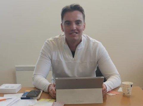 Fylkesvaraordfører Simon Johnsen har sommerjobb i vaksinasjonsteamet til Vestvågøy kommune.