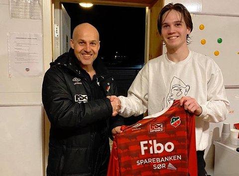 DEBUT: Frede Kydland fra Flekkefjord var en av fire spillere som hadde sin debut under lørdagens treningskamp mot Kvinesdal. På bilde sammen med trener Jan Ove Pedersen.