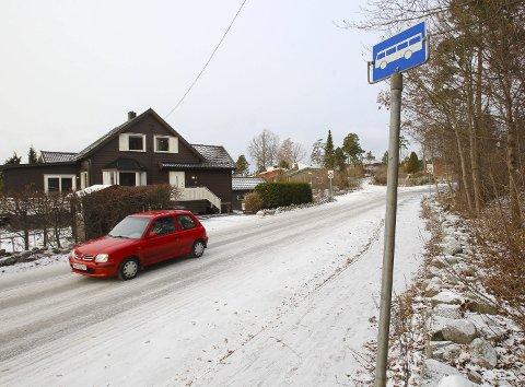 Nakent: Mangel på informasjon om rutetider på bussholdeplassene, som her i Jederveien på Jeløy, er ett av elementene i Jørn Johansens råd til Østfold kollektivtrafikk. Foto: Terje Holm