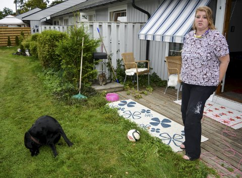 REAGERER: Tone Linder med hunden Elmer og katten Frøya mener at de stadig høyere veterinærprisene gjør det vanskelig for pensjonister og uføre å ha dyr.