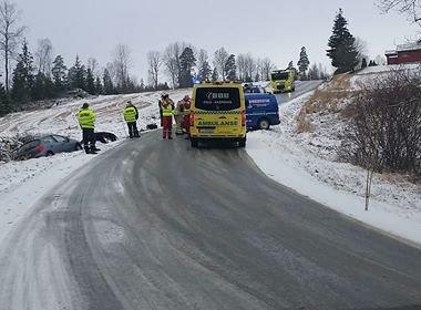 Smell: Føreren av den ene bilen ble sendt til legevakten etter denne smellen i Kroerveien mandag morgen. Det er usikkert hva som er årsaken til ulykken.
