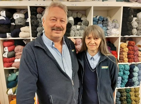LETER ETTER DRIVERE: Torlaug og Morten Ulrichsen har drevet nærbutikken på Bogen i Bindal i flere tiår. Nå går kjøpmannsparet ut på sosiale medier og søker etter nye drivere.