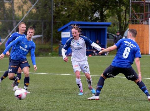 UTLIGNET: Her utligner Petter Strandem Nyhus til 1-1 for NIF mot serieleder Eidsvold Turn.