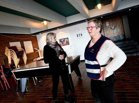 Eli Fredriksen og Åse Flåten observerte dem som hadde fått vaksinedosen og skulle vente i 20 minutter før de kunne gå.