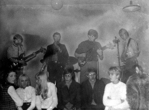 FULL AV FORVENTNINGER: Bandet har startet spillingen. Staut ungdom vaglet foran scenen – spent på hva kvelden vil bringe.