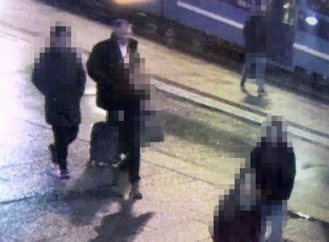 FILMET: Her er den fornærmede mannen (bak til venstre) avbildet av et overvåkingskamera utenfor Byporten i Oslo sentrum. Til høyre for ham er Svein Ludvigsen. Overvåkingsvideoen stammer fra slutten av november 2017, samme dag som det aktuelle nakenbilde ble tatt. Foto: Politiet