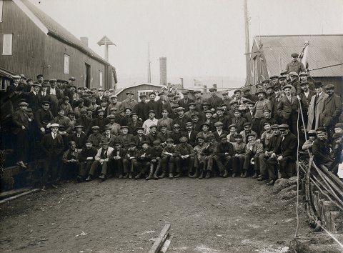"""NEDGANGSTIDER: Skibsværftet i Tromsø var en av de viktigste industriarbeidsplassene i Tromsø etter etableringen i 1848. Bildet er tatt i 1925, midt i det som var nedgangstider for verftet med færre oppdrag for de ansatte. """"Dette førte til oppsigelser, kortere arbeidstid og store motsetninger mellom ledelse og arbeidere"""", skriver Perspektivet museum."""