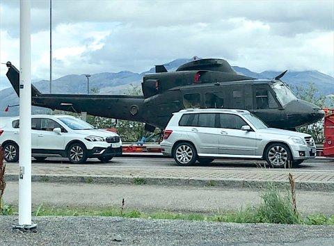 I KØ: Her står helikopteret og venter på ferga til Bognes.