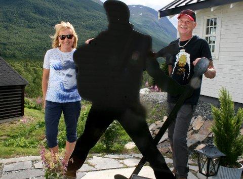 IKON: Elvis er ånden som går hos Monica og Torstein Fjerdingen Iselvmo. Nå arrangerer de åpen helg.