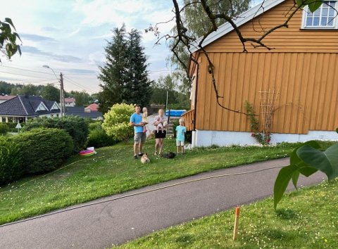 SMÅBARNSFAMILIE: Dana Logina (30), Andris Silavs (35), Dins (9), Tina (1), Emma (5 måneder) og deres to franske bulldog trenger en nytt sted å bo.