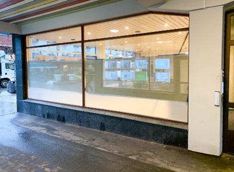 La Buvette i gågata i Ski har stengt dørene. Nå om dagen blir flisene skiftet. Gårdeier Erik Kvakkestad forteller at det er greit å få skiftet flisene fra 90-tallet uansett. Dette er siden av lokalet, fra passasjen gjennom Kvakkestadgårdene.
