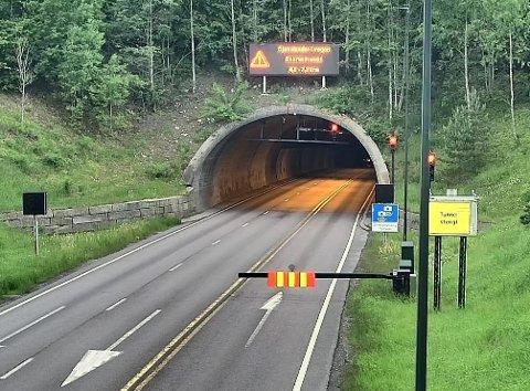 LYS OG INFO: Nytt varslingsanlegg ved innkjøringen til Oslofjordtunnelen.