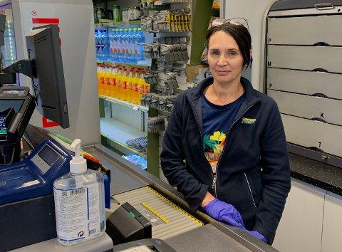 BETRODD ANSATT: Butikkansatt Hanna Bednarz på sin vante posisjon bak kassa på Joker Ski for siste gang.