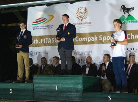 PALL: Christian Rød Karlsen fikk bronse sammenlagt i verdenscupen for juniorer. Øvert på pallen står Mathieu Zeude, mens James Bredley-Day endte på andreplass.