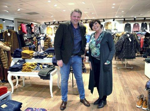 HAR DRØMMEJOBBEN: - Vi trives utrolig godt med å drive Centrum Tekstil på Flisa, sier søskenparet Jan Frode Rønning og May Helen Rønning Sollien.