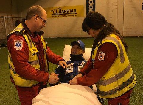 HENTET AV AMBULANSE: Isak Løvlund ble hentet av ambulanse etter den stygge saken i Sundethallen. Torsdag opereres han i Elverum.