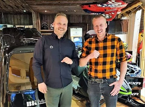 GLEDE: – En avtale som betyr flere arbeidsplasser og økt omsetning, sier Ståle Sømåen, medeier og salgssjef i Østlandet Motorservice AS (til høyre). Her sammen med  salgssjef Rune Norby i BRP Norway AS.
