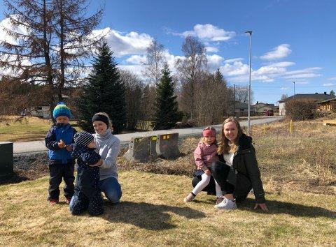 BOR LANGS GANGVEGEN: Linn Holth Lamptey og Vilde Hage Tostrup bor langs gangvegen. De har begge små barn som leker tett på den trafikkerte vegen.